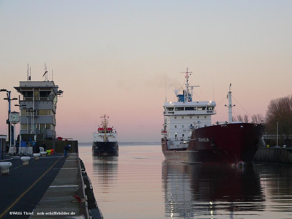 Tanker einlaufend Schleuse Bruns 15,02.08  Ok