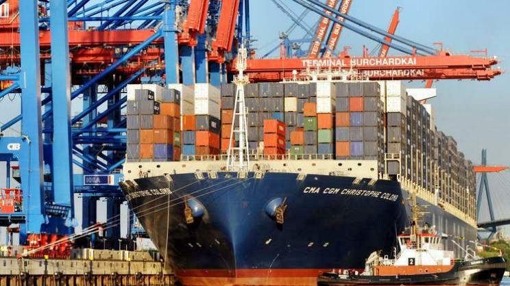 Containerriese steuert Hamburger Hafen an