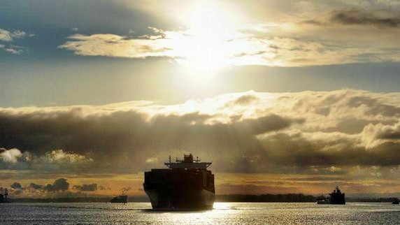 topTeaser_crop_Ein-Containerschiff-auf-der-Elbe-von-Hamburg-kommend-in-Richtung-Nordsee.-Die-Schifffahrt-leidet-weltweit-unter-berkapazit-ten-und-Preisdruck.-Foto-Christian-Charisius