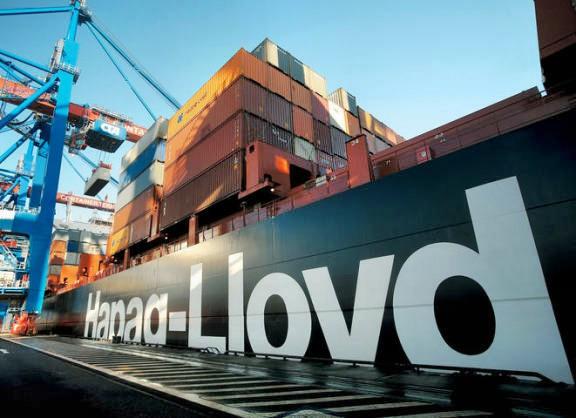 ARCHIV - Das Containerschiff Hamburg-Express der zum TUI-Konzern gehörigen Hapag-Lloyd wird am Containerterminal Hamburg-Altenwerder abgefertigt (undatierte Aufnahme). Die Hamburger Reederei Hapag-Lloyd will laut Zeitungsberichten eine gewaltige Kapitalspritze von 1,75 Milliarden Euro. Diese Summe habe der Hapag-Lloyd-Vorstand den Gesellschaftern als zusätzlichen Kapitalrahmen für die nächsten Jahre vorgeschlagen, berichtete die «Frankfurter Allgemeine Zeitung» am Donnerstag (09.07.2009). Foto: Hapag-Lloyd dpa/lno/lni (zu dpa 0091) +++(c) dpa - Bildfunk+++