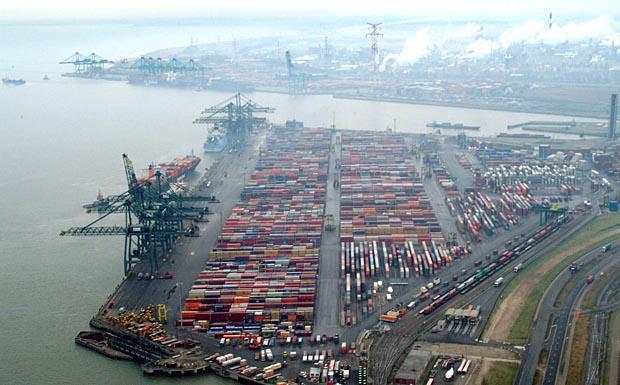 Luftaufnahme des Hafens von Antwerpen, in Vordergrund der Containerhafen, aufgenommen am 21.12.2004. Foto: Frederick Weekx +++(c) dpa - Report+++
