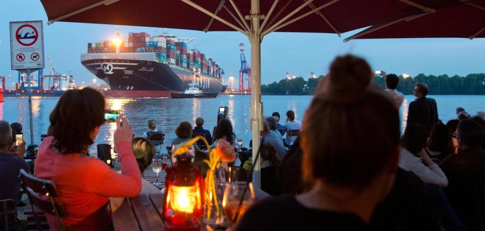 containerschiff-vor-strandbar-in-hamburg