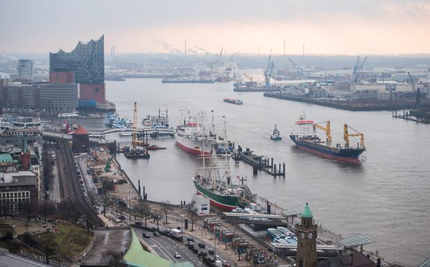 Die Hafeneinfahrt von Hamburg, aufgenommen am 10.02.2016 in Hamburg vor der Jahrespressekonferenz der HPA (Hamburg Port Authority) und vom Hafen Hamburg. Foto: Lukas Schulze/dpa
